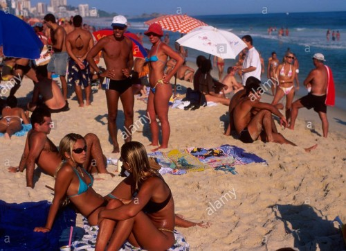 young-and-beautiful-people-at-ipanema-beach-rio-de-janeiro-brazil-AAM6P7 (2)